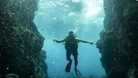 FOTO: Menyelam di Antara Tebing Laut Batee Tokong Aceh