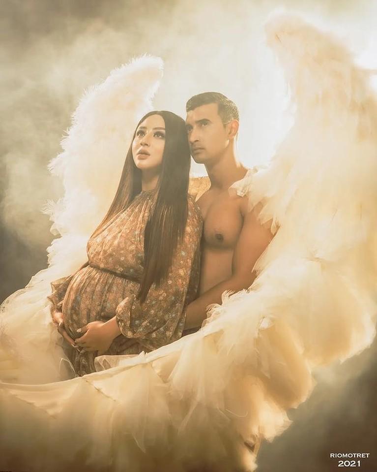 Margin Wieheerm melakukan pemotretan kehamilan pertamanya dengan Ali Syakieb. Yuk kita intip!