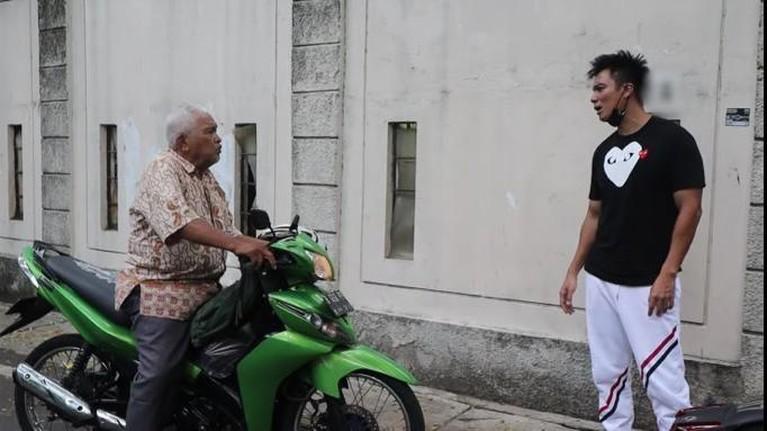 Aksi Baim saat memarahi seorang kakek-kakek yang ada di video YouTubenya dikecam oleh netizen. Yuk intip momennya!