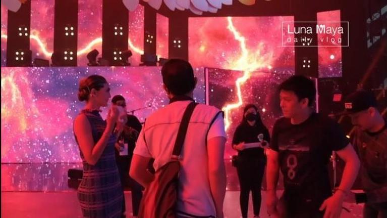 Baru-baru ini Luna Maya dan Ariel NOAH dipertemukan di sebuah acara dan satu panggung saling senyum. Yuk intip!