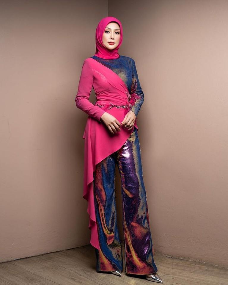 Erra Fazira mantan istri Engku Emran sedang jadi sorotan karena diisukan menjadi istri kedua seorang ahli politik. Yuk intip potretnya!