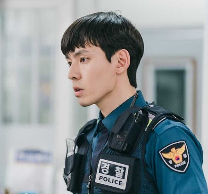 Bagi Beauties yang belum tahu, peran polisi Choi Eun-Cheol dibawakan dengan apik oleh Kang Hyoung-suk. Berkat ini Hyoung-suk mendapat ketenaran atas aktingnya yang bagus! Meski begitu, sebenarnya ia juga main di sejumlah drakor keren lainnya, lho! /Foto: instagram.com/kanghyungsuk_