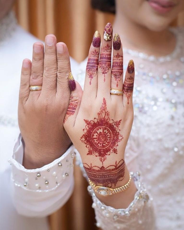 Pernikahan pesinetron Chintya Ramlan dengan seorang pengusaha berinisal SY dengan mahar Rp3 miliar viral. Yuk intip!