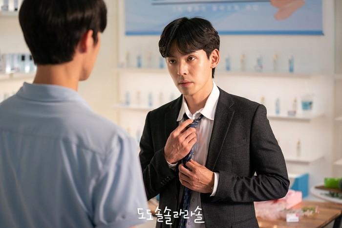 Di drama Do Do Sol Sol La La Sol yang tayang tahun 2020, Kang Hyung-suk mendapatkan peran sebagai Ahn Joong-Ho. Yakni seorang pria misterius yang mendekati Goo Ra-ra (Go Ara). Kamu sudah nonton, belum? / Foto : hancinema.net
