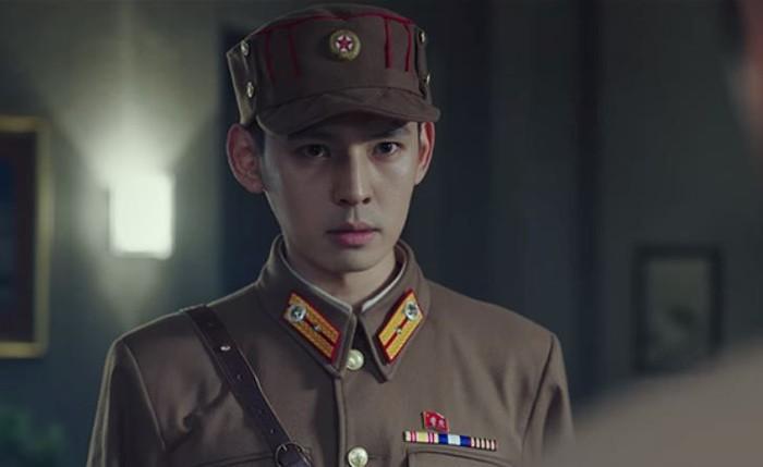 Kang Hyung-suk juga berperan di drama hits, Crash Landing On You. Kali ini Hyung-suk berperan sebagai salah satu bawahan dari Cho Cheol Gang. Ada yang ngeh? / Foto: naver.com