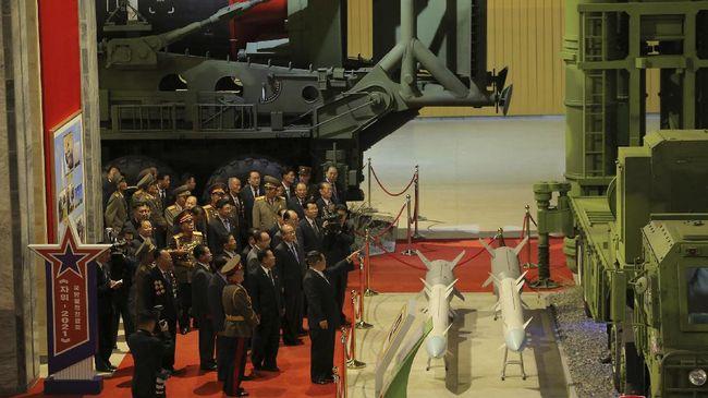 Seorang konduktor orkestra terlihat mengenakan kaus bergambar Kim Jong-un saat tampil di sebuah pameran pertahanan Korut.