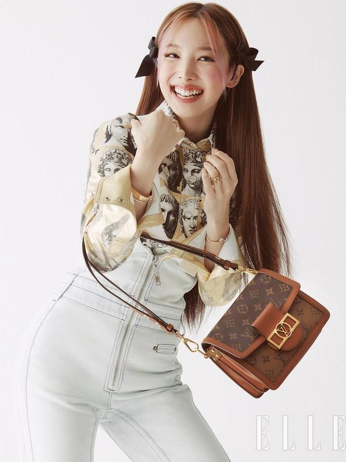 ELLE Korea edisi Oktober 2021 memilih Nayeon TWICE sebagai model cover utamanya, Beauties. Menariknya lagi, pemotretan kali ini, Nayeon juga bekerjasama dengan brand mewah Louis Vuitton!/Foto: twitter.com/JYPETWICE