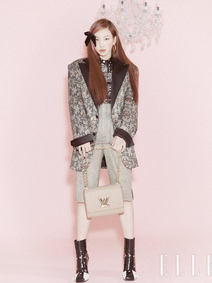 Dengan image kecantikan Nayeon yang pure dan natural, Nayeon tampil memukau dalam pemotretan kali ini yang dihiasi dinding berwarna pink pastel. Outfit yang dikenakannya pun mencerminkan vibes musim gugur yang chic!/Foto: twitter.com/JYPETWICE