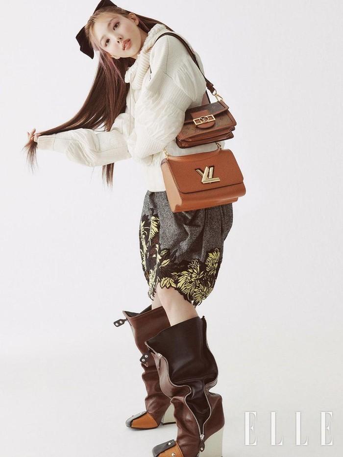 Dengan gaya rambut half-ponytail yang manis, penampilan Nayeon dengan oversized outfit juga makin terlihat menggemaskan. Memamerkan dua tas dari brand Louis Vuitton, pemotretan Nayeon kali ini pun menuai banyak pujian dari fans!/Foto: instagram.com/ellekorea