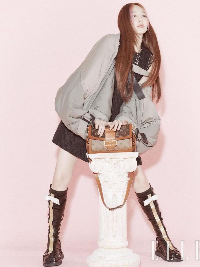 Dalam pemotretan yang bekerjasama dengan Louis Vuitton ini, Nayeon banyak berpose selagi memamerkan koleksi-koleksi tas dari Louis Vuitton yang cantik. Tas mana yang menurutmu paling elegan, Beauties?Foto: instagram.com/ellekorea