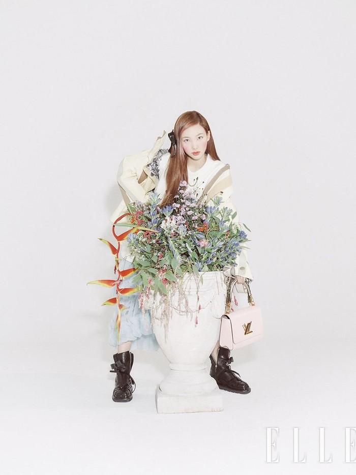 Berbeda dari riasan natural ala idol K-Pop pada umumnya, Nayeon pun tampil beda dengan riasan wajahnya kali ini. Pipi yang merona dengan blush berwarna coralyang terlihat warm pun membuat penampilannya makin standout./Foto: twitter.com/JYPETWICE