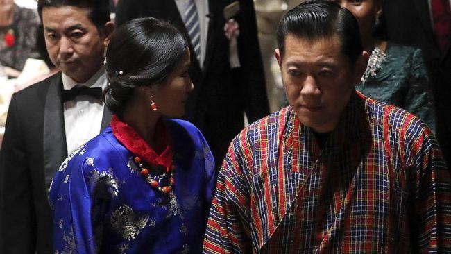 Raja Bhutan, Jigme Khesar Namgyel Wangchuck, naik turun gunung naik mobil, menunggang kuda, hingga jalan kaki untuk melakukan vaksinasi rakyatnya.