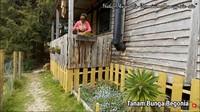 <p>Adalah Ima, wanita&nbsp;Madura yang menikah dengan Vandam, pria asal Inggris yang hidup dengan minimalis di tengah hutan Eropa, Bunda.&nbsp; (Foto: YouTube: Ima Vandam Channel)</p>