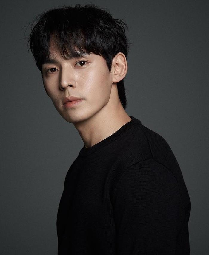 Tidak hanya itu, aktor di bawah agensi yang sama dengan Shin Min-Ah ini juga mendapatkan peran cameo di drama Mystic Pop-up Bar (2020) dan Dr. Romantic 2 (2020). Kita tunggu karya-karya Hyung-suk selanjutnya, ya! / Foto : instagram.com/kanghyungsuk_