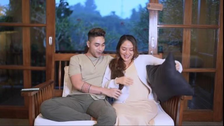Siti Badriah baru saja mengumumkan kabar bahagia kehamilan anak pertamanya. Yuk intip potret perdana Siti pamer baby bump!