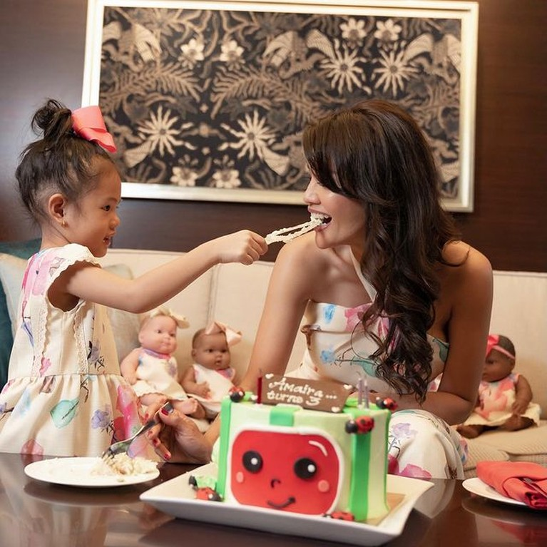 Anak bungsu Farah Quinn, Amaira merayakan ulang tahunnya yang ke-3 bareng boneka-boneka lucu. Yuk intip!