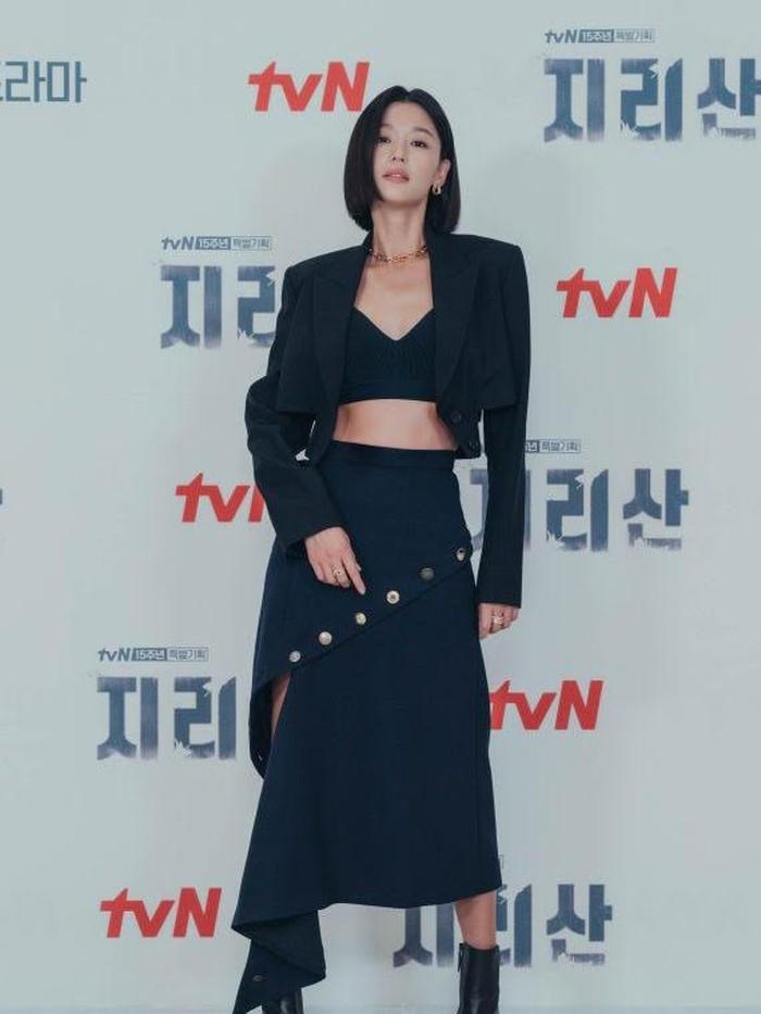 Banyak fans yang memuji proporsi tubuh Han Ji Hyun yang ideal, terlebih mengingat sosoknya yang memasuki kepala empat. Ia masih terlihat fit, memesona, dan pastinya stylish ketika menghadiri press conference Jirisan./Foto: koreaboo.com
