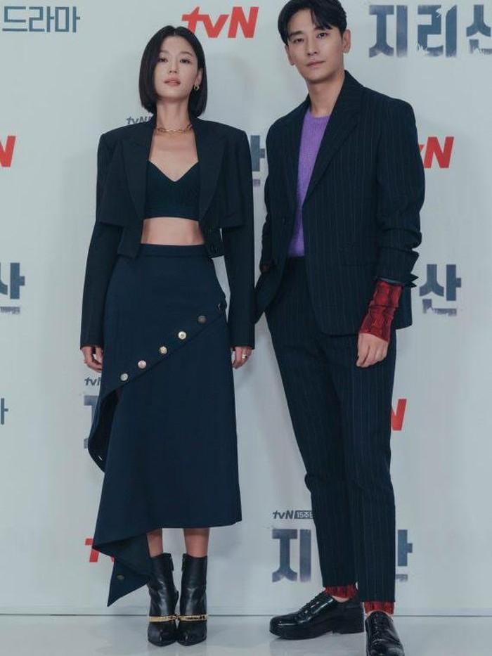 Bersanding dengan sang lawan main, Ju Ji Hoon, potret Jun Ji Hyun menuai perhatian fans, lho. Dengan mengenakan crop top dan blazer, banyak fans salah fokus dengan garis abs di perut Jun Ji Hyun!/Foto: koreaboo.com