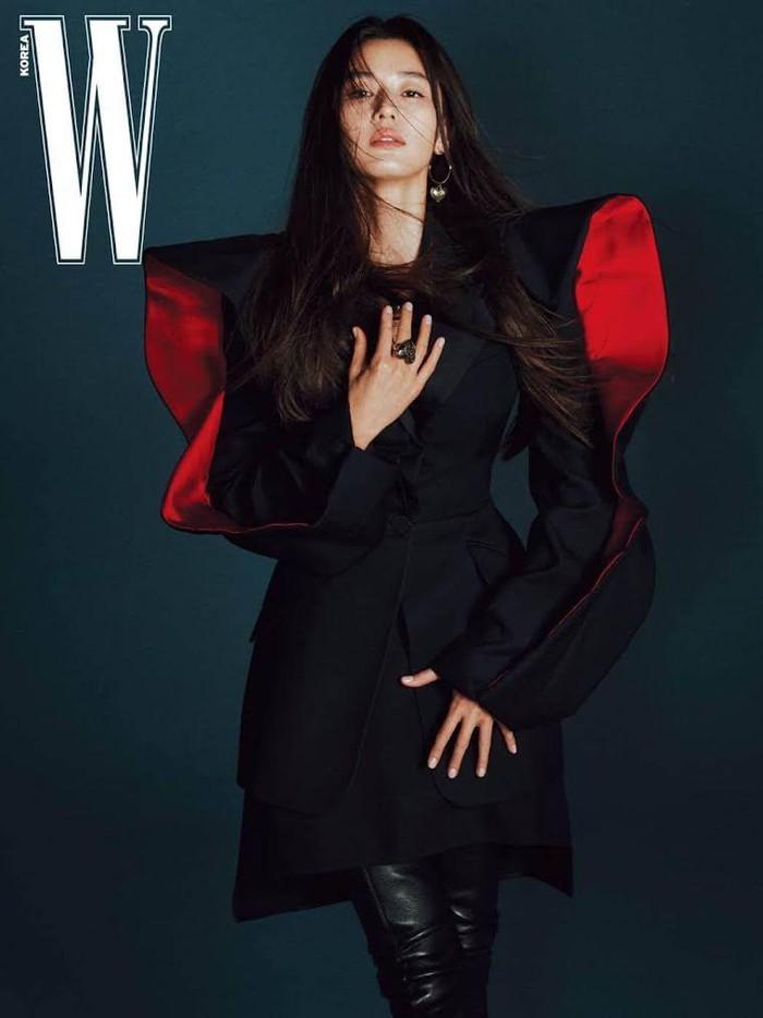 Tubuh berotot dan garis abs yang ia miliki didapatkan dengan gaya hidup yang sehat, Beauties. Jun Ji Hyun sempat memberitahukan rahasianya, yaitu ia rajin bangun pagi dan berolahraga untuk menjaga kesehatan dan tubuh fit miliknya./Foto: Courtesy of W Magazine