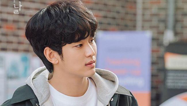 Kim Soo-hyun terlihat begitu putus asa dengan baju tahanannya dalam poster terbaru drama One Ordinary Day.
