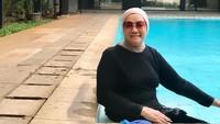 <p>Salah satu rahasia nenek 81 tahun ini tetap bugar adalah dengan rutin berolahraga, Bunda. Ia juga selalu menjaga istirahat yang cukup dengan tidur 7-8 jam setiap hari. (Foto: Instagram @kusthini_hs)</p>