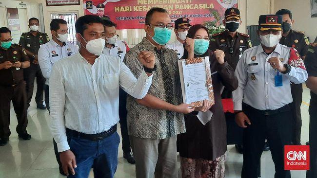Berkat amnesti, dosen Unsyiah Aceh Syaiful Mahdi akhirnya bebas dari penjara sebagai terpidana UU ITE karena mengkritik pihak kampus.