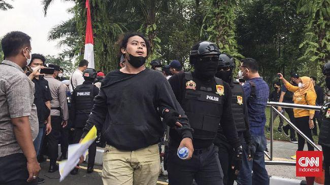 Polri menegaskan bahwa pelanggaran yang dilakukan oleh Brigadir NP dilakukan saat bertugas mengamankan aksi unjuk rasa di Tangerang.