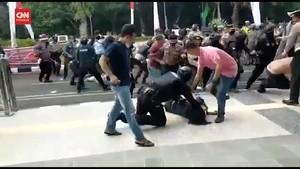 VIDEO: Momen Mahasiswa Dibanting Polisi di Tangerang