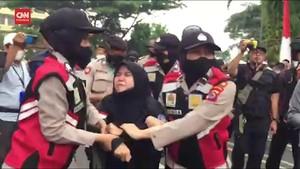 VIDEO: Polisi Tangkap Mahasiswa Demo di Pemkab Tangerang