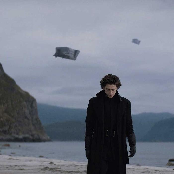 Nuansa futuristik dari kostum serba hitam dikenakannya pada film Dune (2021). Makin penasaran nggak sih?! Foto: Instagram Dune movie