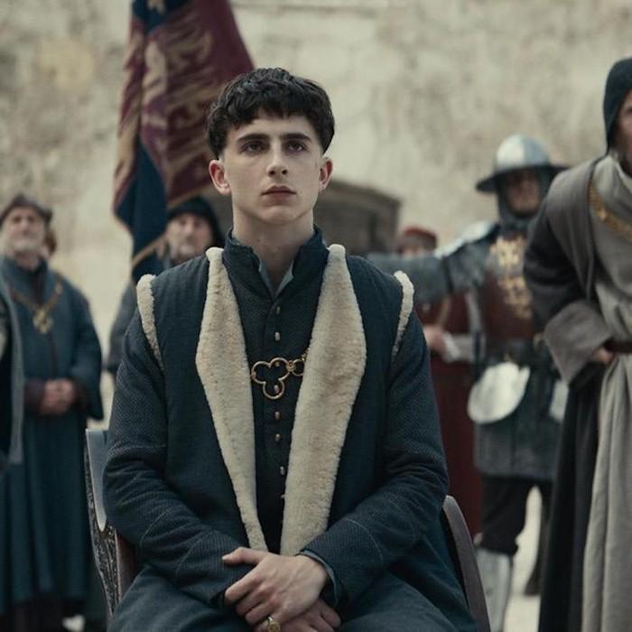 Memerankan Raja Inggris Henry V di film the King (2019) garapan Netflix, Timothee Chalamet sampai mengubah gaya rambutnya serupa bowl cut. Foto: courtesy of netflix