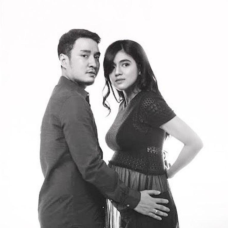 Kabar mengejutkan datang dari DJ Una yang menggugat cerai sang suami Irsan Ramadan. Yuk intip potret mereka!