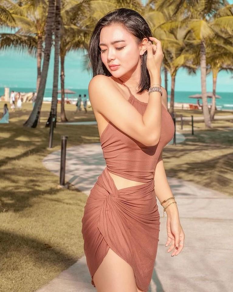Wika Salim sedang asyik berlibur di Bali, ia pakai gaun backless dan memamerkan punggung mulusnya. Yuk intip!