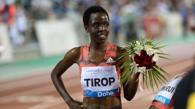 Pemegang rekor lari 10.000m putri asal Kenya, Agnes Tirop, ditemukan tewas terbunuh di rumahnya. Polisi tetapkan sang suami jadi tersangka.