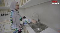 <p>Nathalie Holscher juga mengganti wastafelnya&nbsp;serta memisahkan tempat untuk mencuci piring dan tangan. Ia ingin area wastafel jadi lebih higienis. (Foto: YouTube Sule Family)</p>