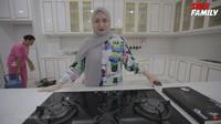 <p>Di bagian tengah dapur, Nathalie Holscher mempersiapkan meja khusus untuk dirinya membuat vlog memasak. Tak ada yang boleh memakainya selain Nathalie, Bunda. (Foto: YouTube Sule Family)</p>