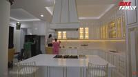 <p>Nathalie Holscher akhirnya merenovasi dapur tersebut jadi lebih terang. Dominasi warna putih dan lampu bernuansa hangat membuat dapurnya terlihat lebih luas dan mewah. (Foto: YouTube Sule Family)</p>