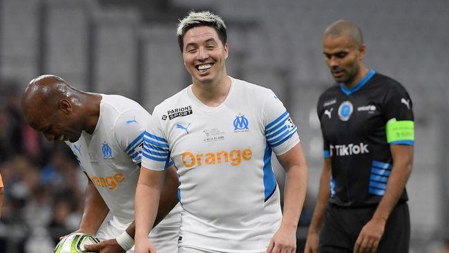 Mantan gelandang timnas Prancis Samir Nasri kembali ke lapangan memperkuat Olympique Marseille dalam sebuah laga amal dengan perut buncit.