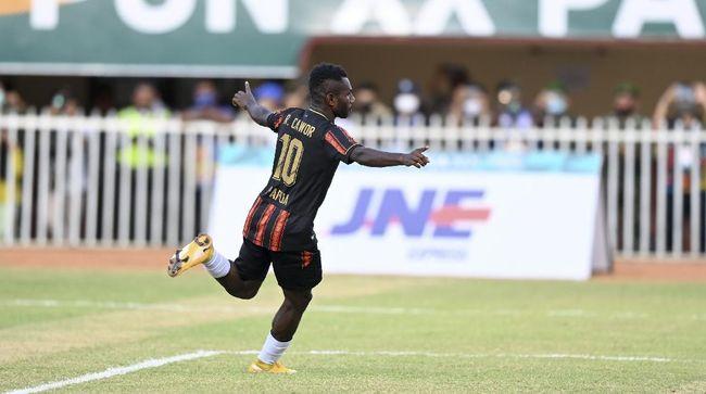 Striker Papua, Ricky Ricardo Cawor melewati torehan gol Boaz Solossa berkat torehan 11 gol di cabor sepak bola PON Papua 2021.