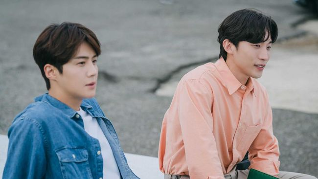 Dua aktor drama Hometown ChaChaCha Kim Seon-ho dan Lee Sang-yi memamerkan kedekatan di video behind the scena atau di balik layar drama.