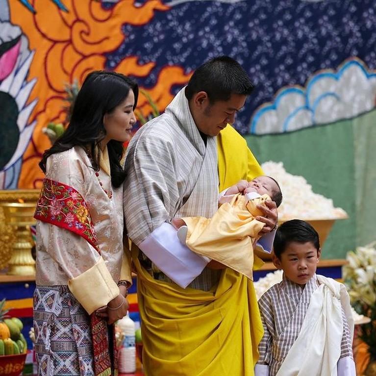 Raja Jigme Khesar dan Ratu Jetsun Pema merayakan ulang tahun pernikahan mereka yang ke 10. Yuk intip potret bahagia mereka!