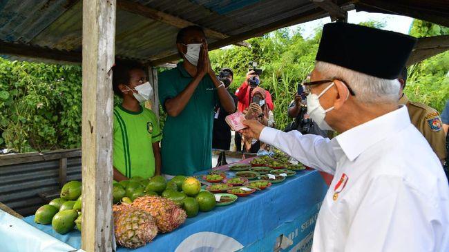 Beda dengan Presiden Jokowi, Wapres Ma'ruf Amin melakukan blusukan dengan mendengarkan aspirasi mama pedagang buah pinang sambil memberinya uang tunai.