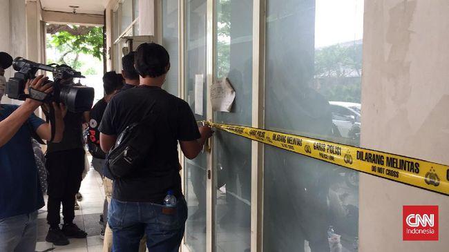Polda Metro Jaya mengamankan sebanyak 32 orang saat melakukan penggerebekan di ruko kawasan Cipondoh, Kota Tangerang, Kamis (14/10).