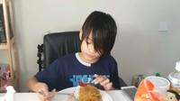 <p>Setelah masakan sudah matang, anak-anak Sheila Marcia biasanya akan berkumpul menyantap makanan di sana. (Foto: YouTube Sheila Marcia &amp; AwesomeFam)</p>