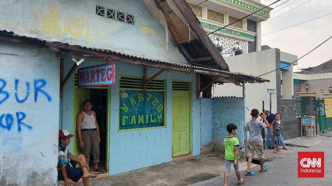 Gubernur DKI Jakarta Anies Baswedan memberikan nama kepada cucu pemilik warung makan tegal.