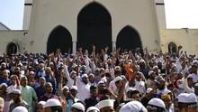 FOTO: Murka Islam Bangladesh Buntut Al-Quran di Lutut Dewa