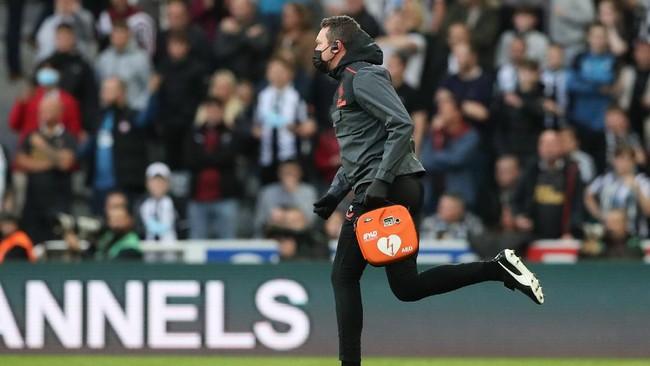 Penonton Pingsan, Newcastle vs Tottenham Dihentikan