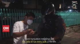 VIDEO: Periksa Gawai Warga, Anggota Polisi Dimutasi