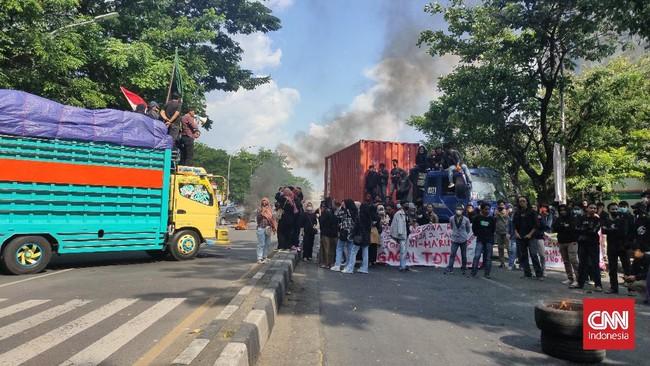 Tahan Truk, Mahasiswa Makassar Blokir Jalan Saat Demo Jokowi