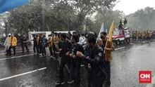Massa Aksi Kepung Istana, Polisi Adang Pakai Kawat Berduri